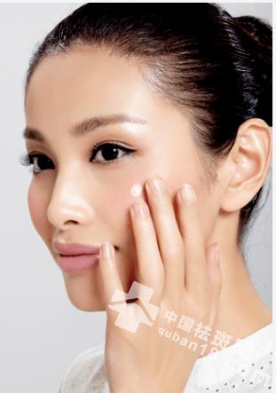 女人斑多脸黄别怕,牙膏祛斑妙用,皮肤紧致显年轻